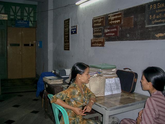 代書屋さんの店番は女性でした@ミャンマーヤンゴン