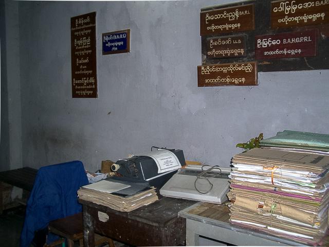 弁護士事務所の廊下に代書屋さん@ミャンマーヤンゴン
