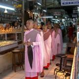アウンサン・マーケットの女性僧侶@ミャンマー