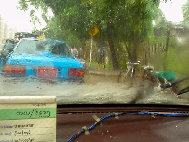 豪雨のなかタクシーで移動@ミャンマーヤンゴン