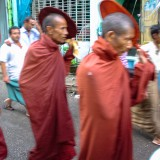 僧侶@ヤンゴンのダウンタウン