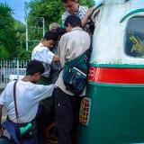 満員のバスにしがみつく@ミャンマーヤンゴン