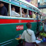 その満員バスには物売りも@ミャンマーヤンゴン