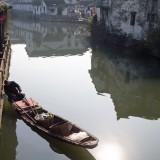 運河に浮かぶ小舟 府山公園周辺@紹興