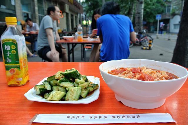 路上のテラス席で刀削麺@北京
