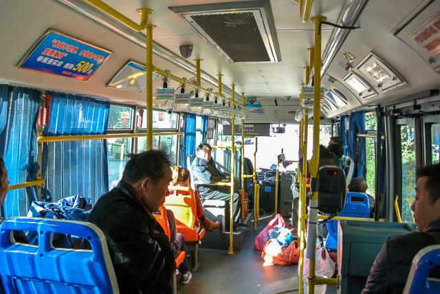 桐郷郊外の工場へ向かうバス
