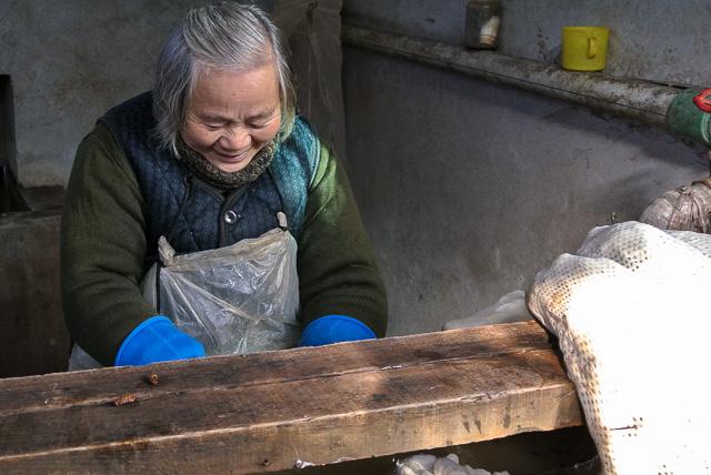 真綿加工場で働くおばちゃん@桐郷