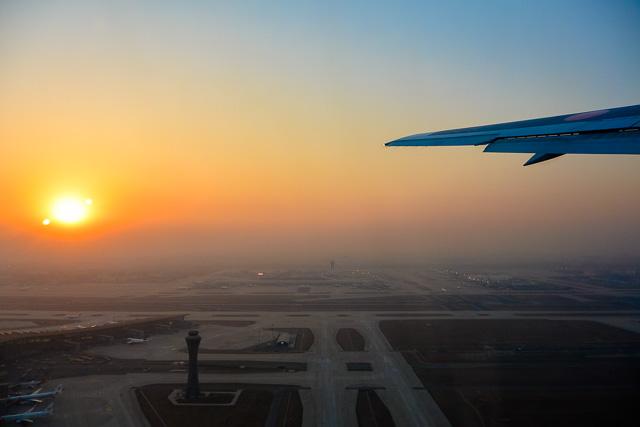 夕暮れの空港を離陸@北京空港